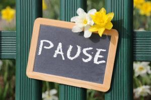 Pause Garten mit Blumen Blume im Frühling Tafel Schild auf Zaun